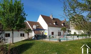 Grosses Familienhaus mit Schwimmbad und extra Gebäuden