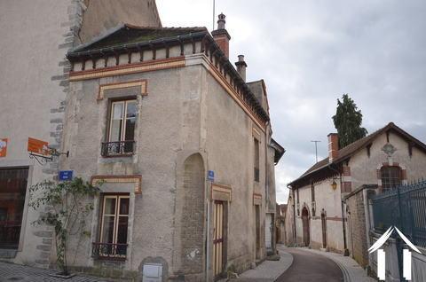 Kleines Haus auf einem mittelalterlichen Platz Ref # CR4929BS