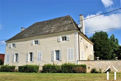Klassisches Herrenhaus am Fluss Saone Ref # JP5071B